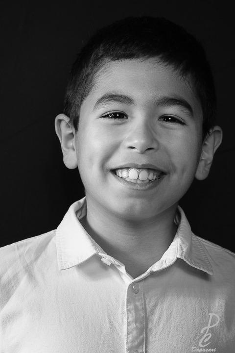 photo portrait enfant en noir et blanc souriant photographe à Lyon