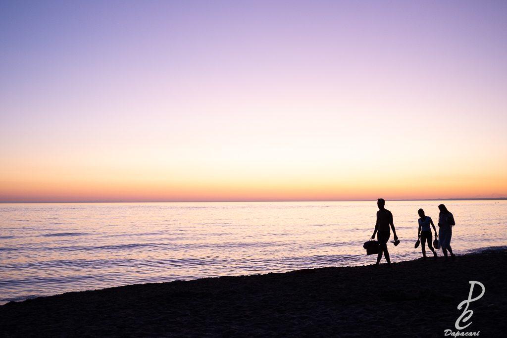 famille rentrant au coucher de soleil contre jour