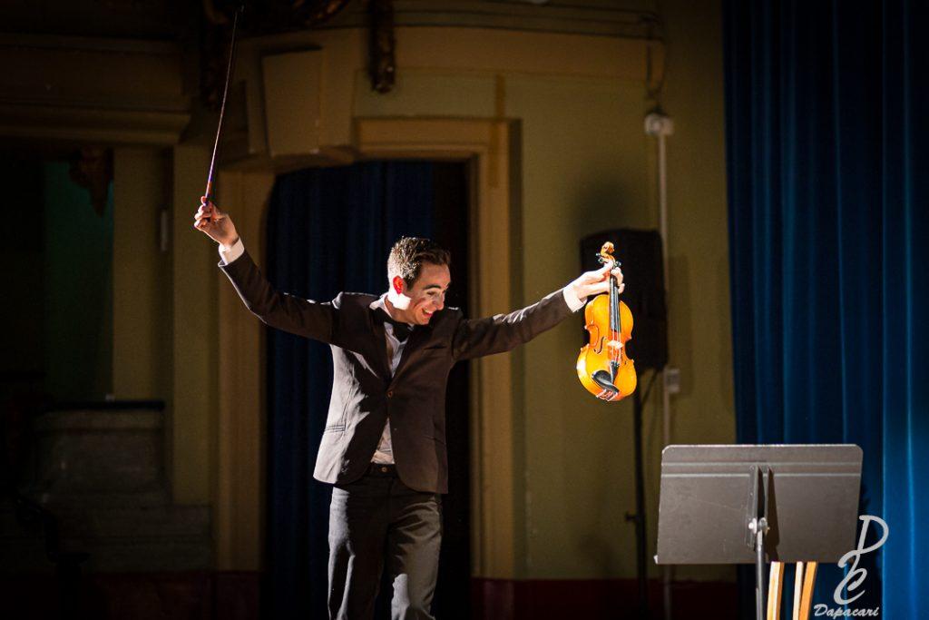 artiste de mime violon joie